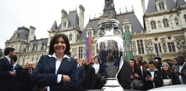 A prefeita de Paris, Anne Hidalgo, posa ao lado do troféu da Uefa Euro 2016 em frente à Prefeitura