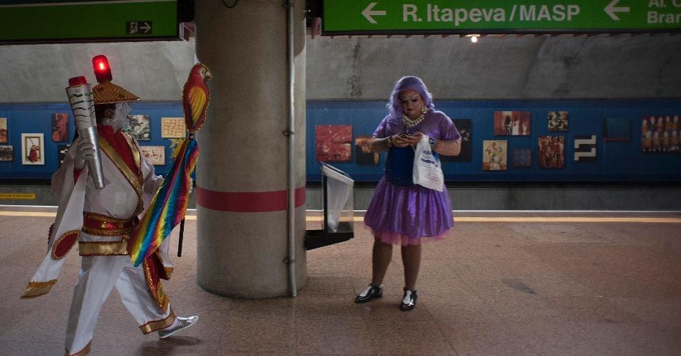 29.mai.2016 - Participantes da 20ª Parada do Orgulho LGBT de SP começam a chegar à região da avenida Paulista pela linha 2-Verde do Metrô