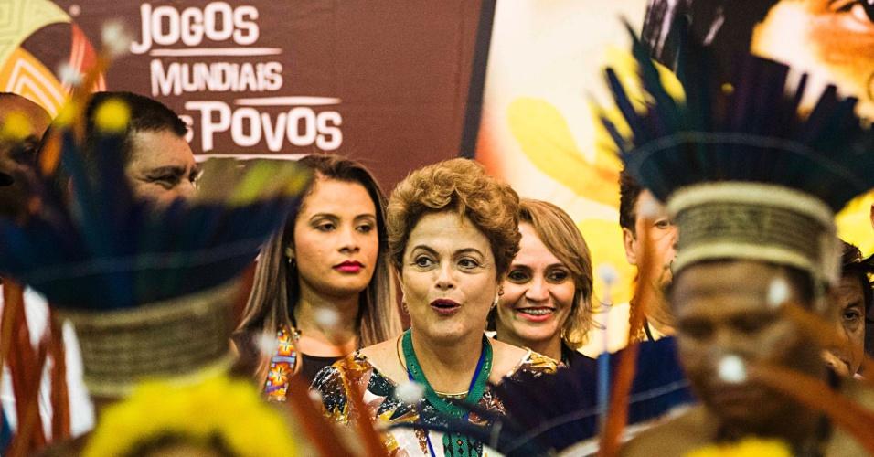 23.out.2015 - Dilma Rousseff assiste a danca dos indios Way Way durante sua visita à feira com produtos indígenas durante evento de abertura dos Jogos Mundiais dos Povos Indígenas, em Palmas