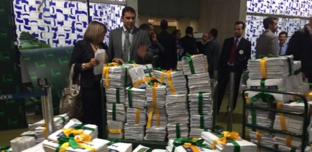 O abaixo-assinado foi entregue ao presidente da Câmara, Eduardo Cunha (PMDB-RJ). O documento é apoiado por grupos que defendem a saída de Dilma