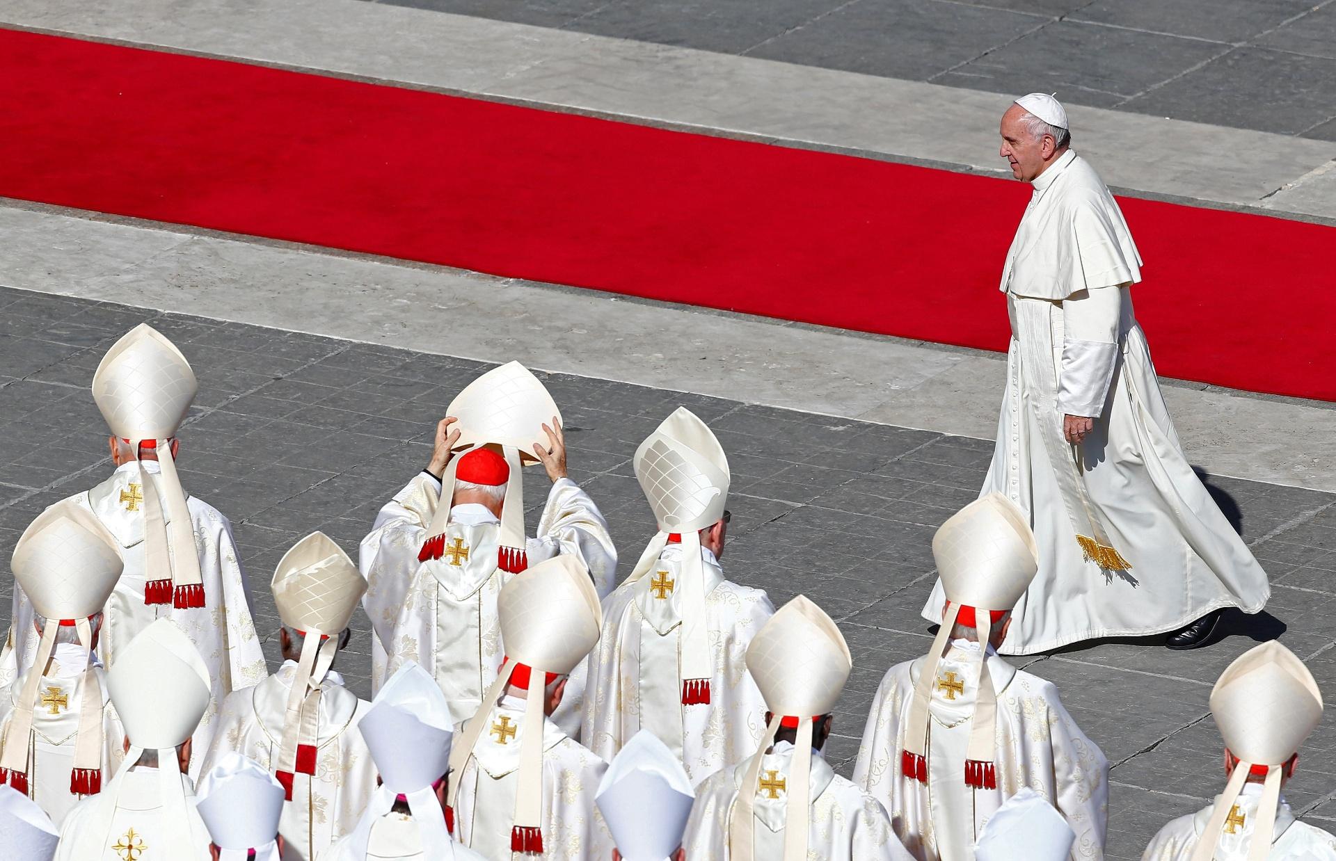 16.out.2016 ? O papa Francisco caminha pela praça de São Pedro, no Vaticano, após canonizar sete novos santos