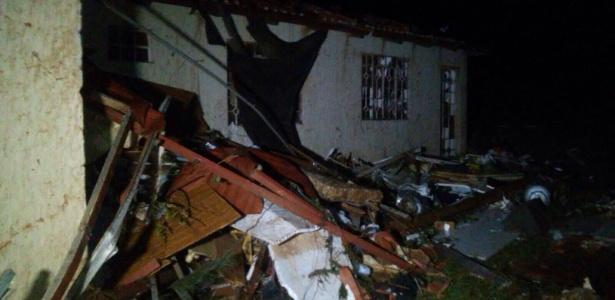 Casa fica bem danificada após tempestade em Francisco Beltrão, no sudoeste do Paraná
