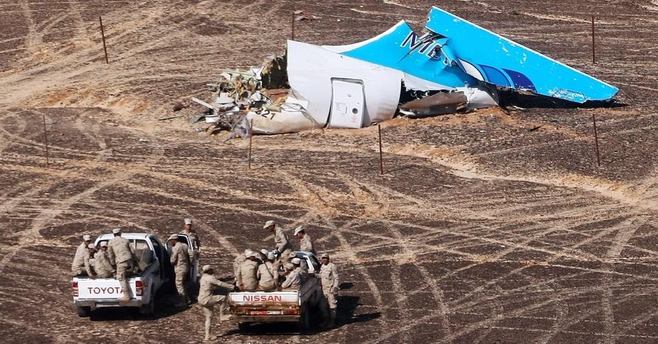 3.nov.2015 - O governo russo divulgou foto de parte dos destroços do avião que caiu na península do Sinai, no Egito, neste sábado (31), minutos após a decolagem, com 217 passageiros e sete tripulantes a bordo. Todos os ocupantes da aeronave morreram. As causas do acidente ainda são desconhecidas