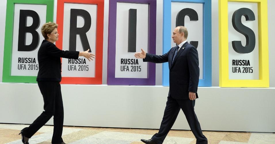 9.jul.2015 - Presidente Dilma Rousseff se aproxima para cumprimentar o colega russo Vladimir Putin, durante reunião de cúpula do Brics, nesta quinta-feira (9), em Ufá, na Rússia. O bloco reúne ainda os líderes da África do Sul, China e Índia. O grupo defendeu a necessidade de aprofundar a cooperação e os investimentos entre as economias dos países do grupo para superar as dificuldades globais