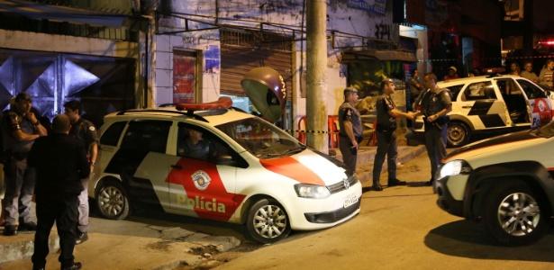 Polícia cerca local onde ocorreu ataque em série na região de Osasco, na Grande SP. Há suspeitas de que os ataques tenham sido praticados por policiais militares em represália à morte de um colega
