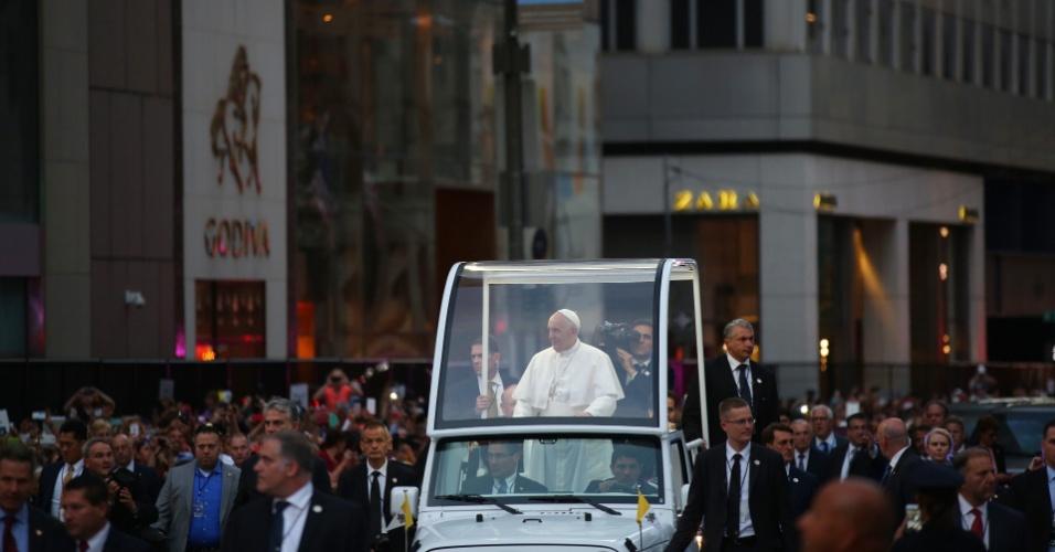 24.set.2015 - Multidão acompanha a chegada do papa Francisco à Catedral de São Patrício, em Nova York. Francisco faz sua primeira visita como pontífice em Nova York, onde terá uma vasta agenda que incluirá grandes atos e um discurso ante líderes mundiais nas Nações Unidas