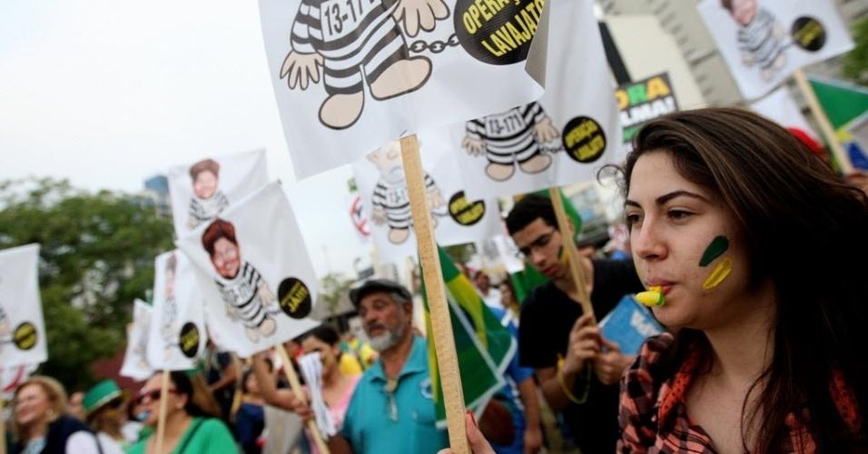 19.out.2015 - O movimento 'Vem Pra Rua' promove mais um protesto contra a presidente Dilma Rousseff, no Largo da Batata, na zona oeste de São Paulo. De lá, os manifestantes partem para uma passeata cobrando a instauração do processo de impeachment da presidente. Mais de 3 mil pessoas confirmaram a presença no evento pelas redes sociais