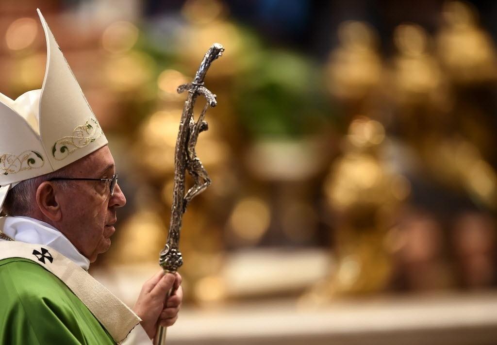 13.nov.2016 - O papa Francisco celebrou uma missa neste domingo (13) para centenas de sem-teto na Basílica de São Pedro, no Vaticano, como parte dos eventos do Jubileu Extraordinário da Misericórdia, que termina no próximo dia 20 de novembro