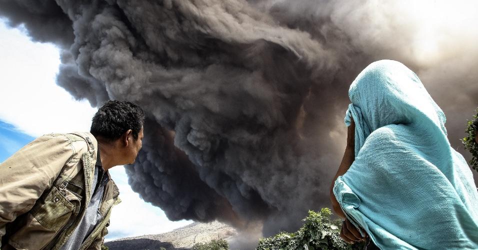 20.jun.2015 - Moradores dos arredores observam erupção de cinzas pelo vulcão Sinabung, no norte da ilha de Sumatra, na Indonésia, nesta sexta-feira (19). Mais de 10 mil pessoas já tiveram de deixar suas casas enquanto o vulcão tem seu maior período de atividade desde 2013