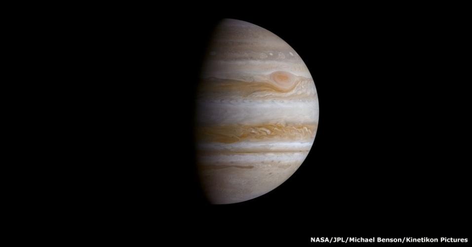 O Grande Ponto Vermelho de Júpiter pode ser visto aqui. Trata-se de uma tempestade persistente que impede o avanço de nuvens brancas à sua direita. Com um tamanho três vezes superior ao da Terra, está em curso há pelo menos 348 anos