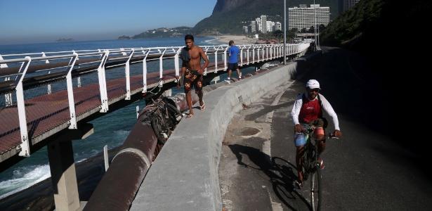 Ciclistas e pedestres se arriscam na av. Niemeyer, no Rio de Janeiro