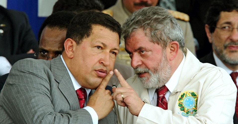 3.jul.2005 - Os presidentes Hugo Chávez, da Venezuela, e Luiz Inácio Lula da Silva, do Brasil, participam da inauguração de uma refinaria em Recife (PE)