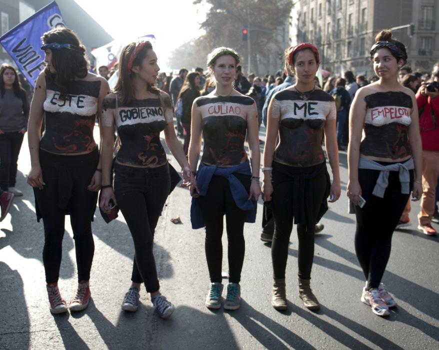 25.jun.2015 - Estudantes protestam por melhorias na educação no centro de Santiago