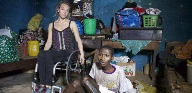 Sophie Morgan (esq.), britânica que usa cadeira de rodas há 12 anos, visitou Gana para gravar um documentário sobre a vida de pacientes com deficiência física