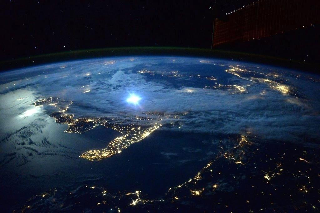 """23.set.2015 - A iluminação elétrica se somou ao """"brilho da lua"""" sobre a Itália, nesta foto de """"boa noite"""" publicada por Scott Kelly, astronauta da Nasa (Agência Espacial Norte Americana)"""