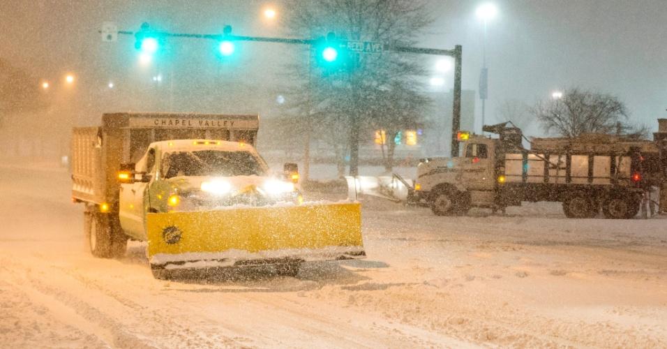 23.jan.2016 - Caminhão limpa-neves tenta liberar rua durante tempestade em Alexandria, no Estado norte-americano da Virginia. É esperado que a tempestade Jonas, que chegou à costa leste dos EUA nesta sexta, dure 36 horas, despejando mais de 60 cm de neve na região metropolitana de Washington