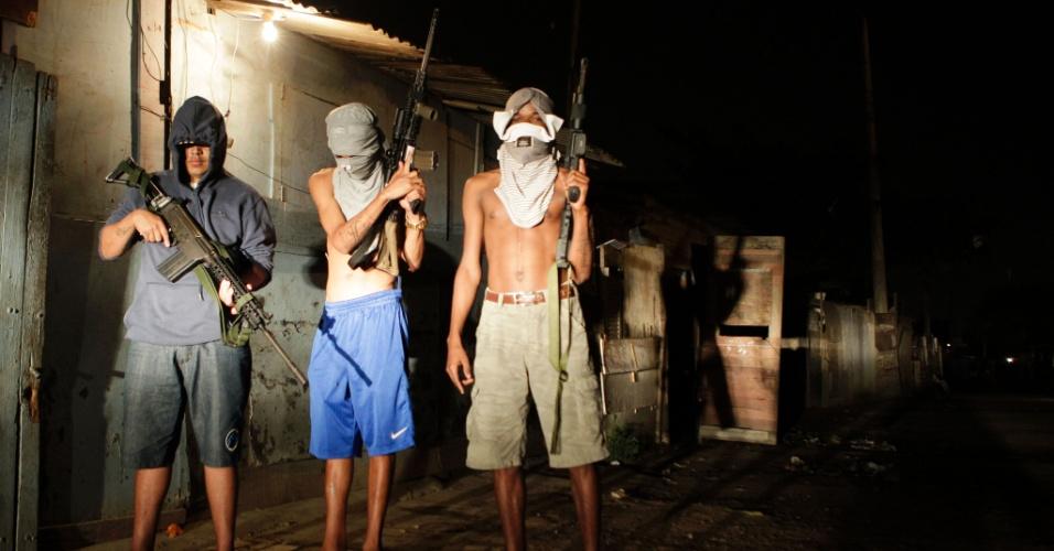 20.ago.2016 - Jovens traficantes posam com fuzis em favela do Rio de Janeiro um dia antes do encerramento dos Jogos Olímpicos 2016, sediados na cidade