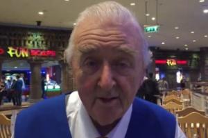 Os clientes amam tanto este senhor que resolveram pagar suas férias (Foto: Reprodução/Manchester News)