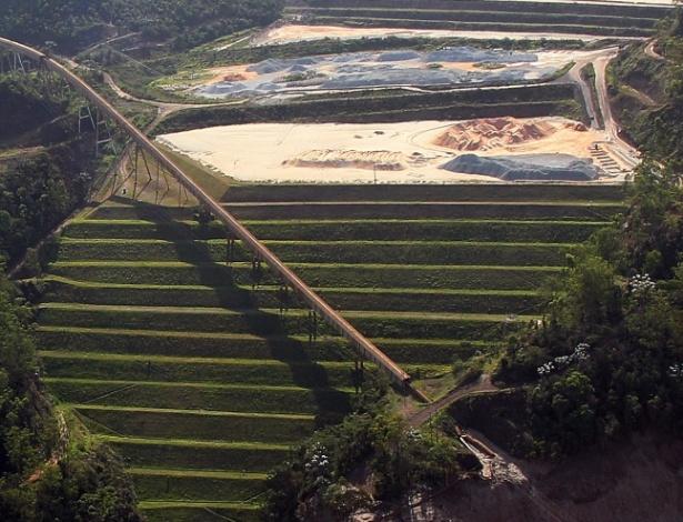Imagem aérea mostra barragem de Germano, da mineradora Samarco, na cidade de Mariana (MG)