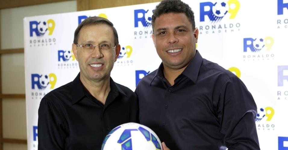 O bilionário Carlos Wizard (à esq.), sócio de Ronaldo Nazário, o Fenômeno, na Ronaldo Academy