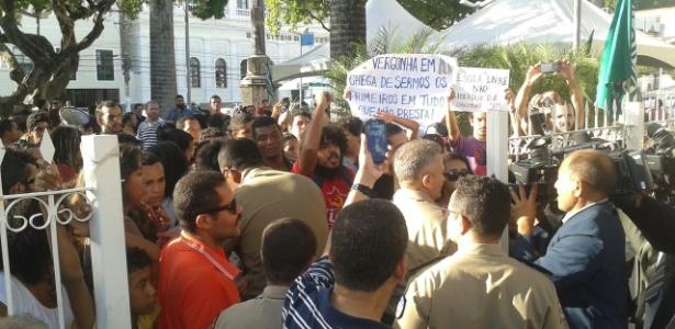 Manifestantes protestam contra o projeto Escola Livre e tentam entrar na Assembleia, após a transmissão da sessão ser suspensa
