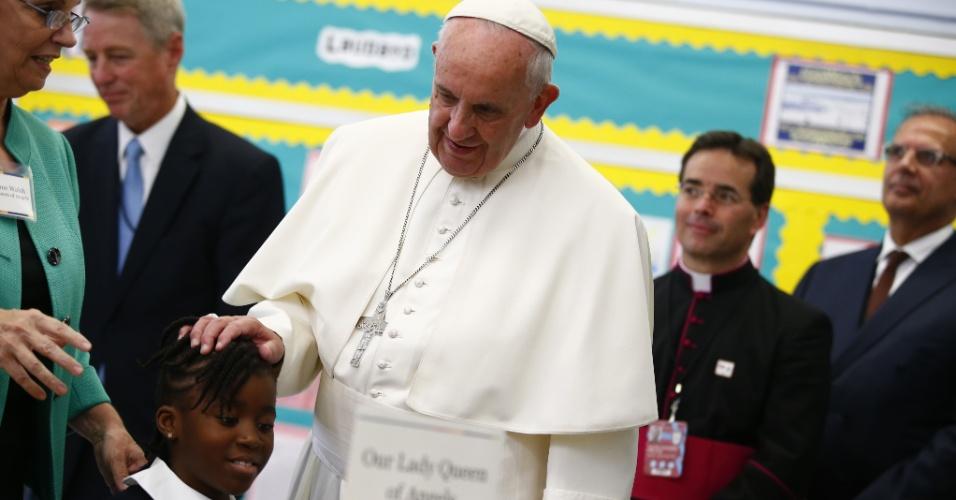 25.set.2015 - Papa Francisco afaga estudante durante sua visita a uma escola no Harlem, em Nova York (EUA)