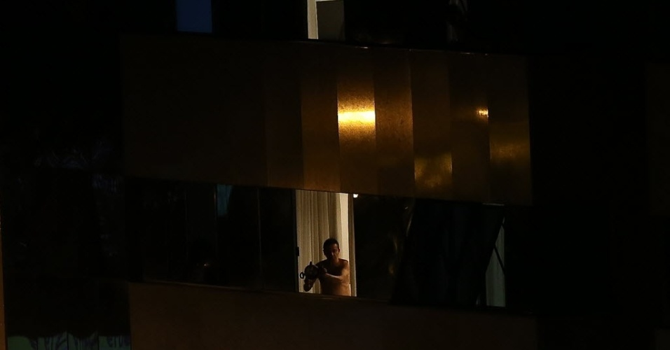 3.fev.2016 - Após pronunciamento da presidente Dilma Rousseff em rede nacional para alertar sobre os riscos do vírus zika, moradores no centro de Brasília fazem panelaço
