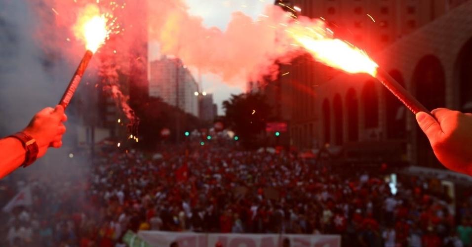 18.mar.2016 - Na avenida Paulista, em São Paulo, manifestantes usam sinalizadores durante o protesto a favor da democracia e contra o processo de impeachment da presidente Dilma Rousseff