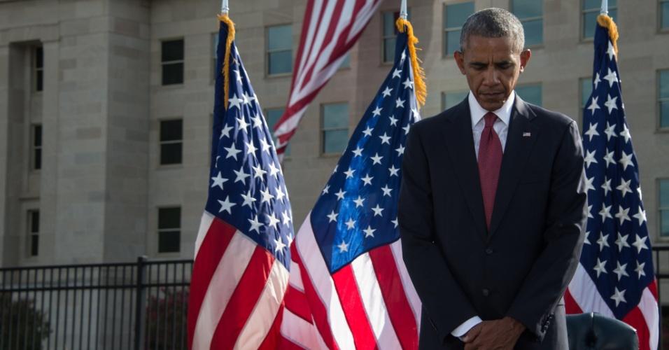 11.set.2016 - Depois de respeitar um minuto de silêncio na Casa Branca às 8h46 (9h46 de Brasília), hora em que o primeiro avião atingiu as Torres Gêmeas em Nova York, o presidente dos EUA, Barack Obama, participou de uma homenagem às vítimas dos atentados de 11 de setembro no Pentágono, que também foi atingido 15 anos atrás