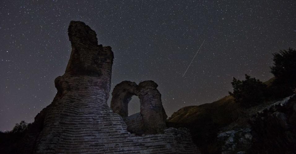 12.ago.2015 - Chuva de meteoros Perseidas risca o céu da Bulgária, próximo as ruínas da basílica de St. Ilia. Uma das mais famosas chuvas anuais de meteoros, a Perseidas, deve atingir seu ápice na madrugada do dia 13 para 14