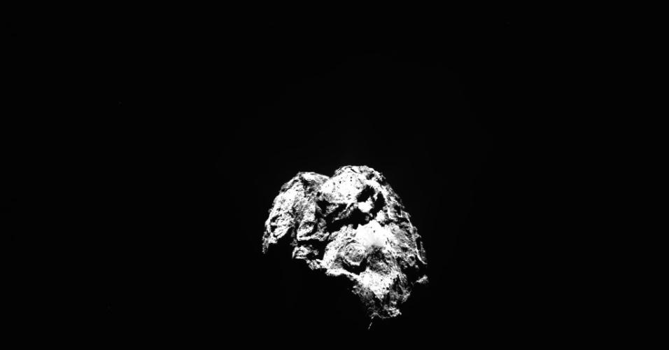 31.dez.2015 - Enquanto na Terra a humanidade celebrava o início de uma nova volta em torno do Sol, com o início do ano de 2016, a câmera Osiris, da sonda Rosetta, fotografava o cometa 67P / Churyumov-Gerasimenko, a 80,2 km de distância do astro