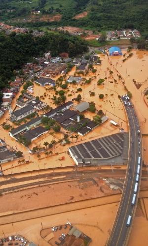 11.mar.2016 - Em vista aérea, é possível ver o tamanho do alagamento em Franco da Rocha (SP). Fortes chuvas fizeram rios transbordarem e cidade ficou embaixo d'água
