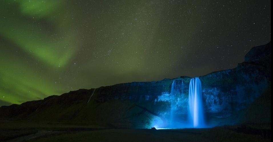 1°.abr.2016 - Uma noite clara criou o ambiente para esta foto da aurora boreal sobre a gigantesca cachoeira de Seljalandsfoss, na Islândia