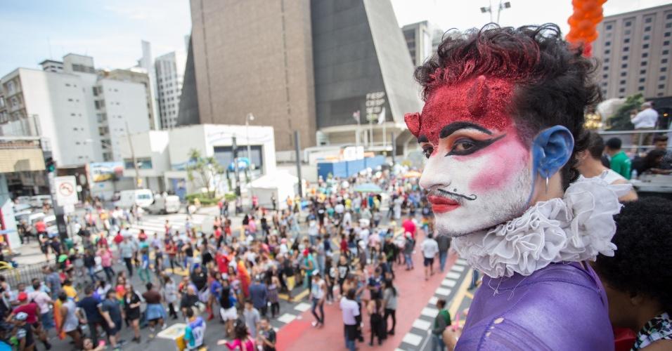 29.mai.2016 - Participante da 20ª edição da Parada do Orgulho LGBT de São Paulo observa a movimentação na avenida Paulista na altura do prédio da Fiesp (Federação das Indústrias do Estado de São Paulo). O tema desta edição é