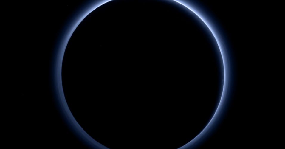 8.out.2015 - CÉU AZUL DE PLUTÃO - Uma camada de névoa azulada envolve Plutão nesta imagem retratada pela sonda New Horizons.