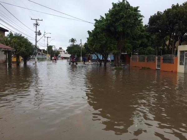 12.out.2015 - Bairro Cidade Verde, em Eldorado do Sul (RS), tomado pela água; cheias do início de outubro já afetaram 21 mil pessoas no estado