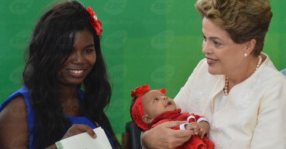 19.nov.2015 - A presidente Dilma Rousseff participa de cerimônia comemorativa do Dia Nacional da Consciência Negra, em Brasília. Na cerimônia, a presidente entregou títulos de posse e cessão de uso de terras para comunidades quilombolas