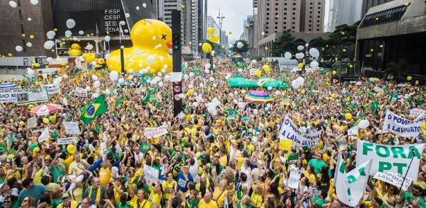 Em São Paulo, manifestantes soltam balões durante ato contra o governo Dilma