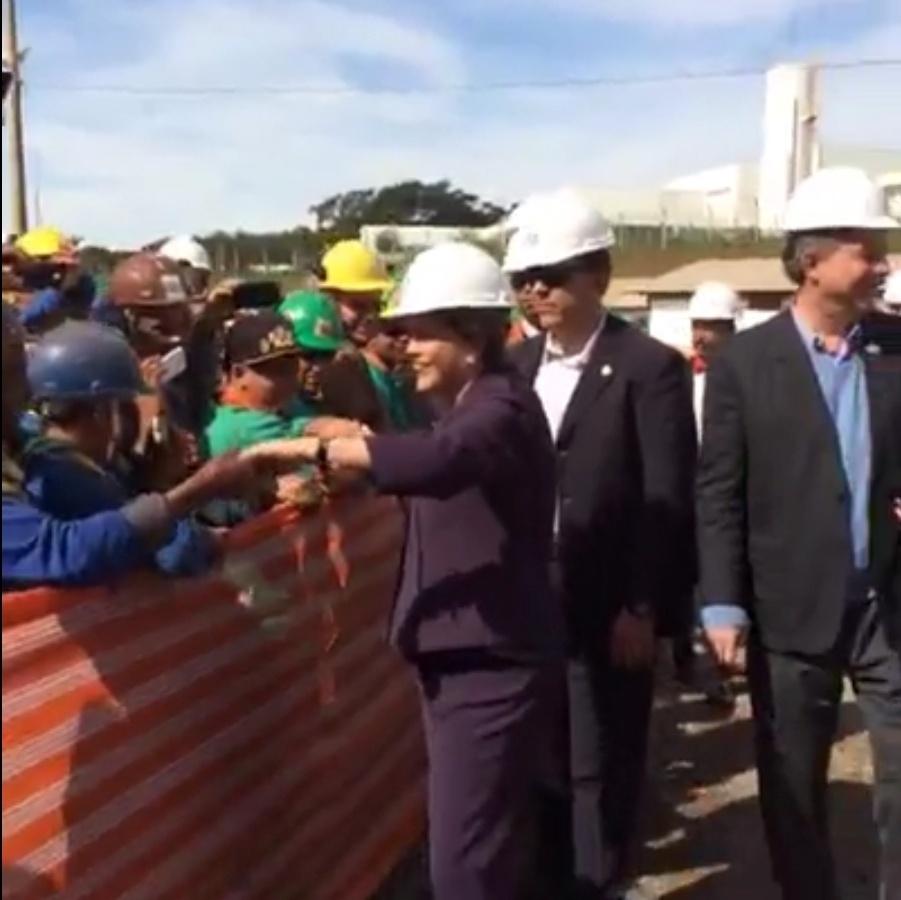 9.jun.2016 - A presidente afastada, Dilma Rousseff, cumprimenta operários da obras do Sirius, novo acelerador de partículas brasileiro que está sendo construído pelo Laboratório Nacional de Luz Sincrotron, em Campinas (SP). O projeto ligado ao então Ministério da Ciência e Tecnologia estava incluído no PAC (Programa de Aceleração do Crescimento). Dilma vai à cidade para encontro com cientistas