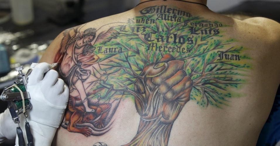 14.set.2015 - Jovem tem as costas tatuada durante convenção em Cali, na Colômbia