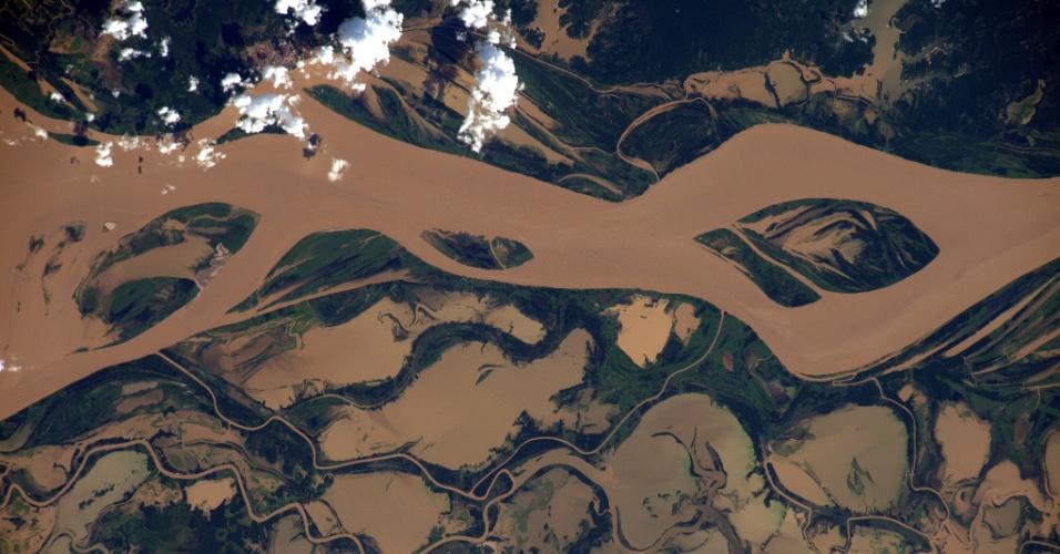 8.abr.2016 - O rio Tapajós, Amazônia, foi uma das belas paisagens que o astronauta britânico Tim Peake fotografou durante sua estadia na ISS (Estação Espacial Internacional). Peake está participando de mais de 30 experimentos científicos no espaço pela ESA (Agência Espacial Europeia)