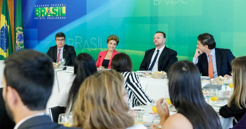 7.jan.2016 - Ao lado do ministro Edinho Silva (Comunicação), a presidente Dilma Rousseff participa de café da manhã com jornalistas no Palácio do Planalto