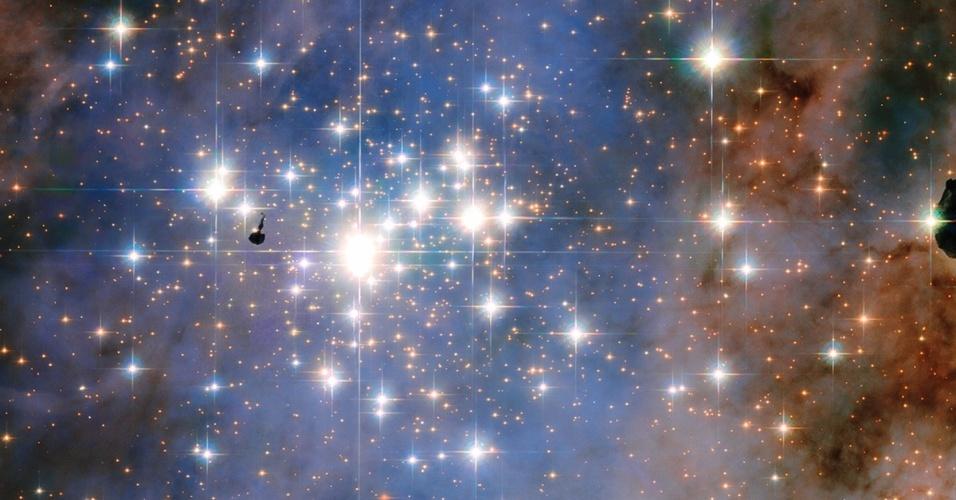 21.jan.2016 - Parece uma tapeçaria feita com diamante, mas é um aglomerado de estrelas chamado de Trumpler 14, que contém algumas das mais brilhantes da Via Láctea. A região está situada a 8.000 anos-luz de distância da Terra e é uma importante zona de formação estelar. O ponto preto do lado esquerdo da imagem é a silhueta de um nódulo de gás e poeira