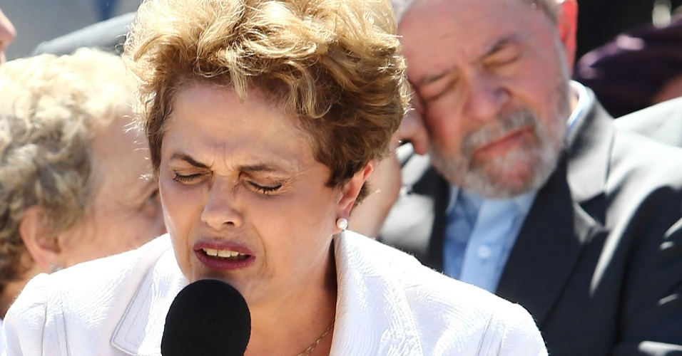 12.mai.2016 - Ao lado do ex-presidente Luiz Inácio Lula da Silva, a presidente afastada Dilma Rousseff faz pronunciamento, fora do Palácio do Planalto. A petista declarou ainda que, desde que foi eleita, procurou ser uma