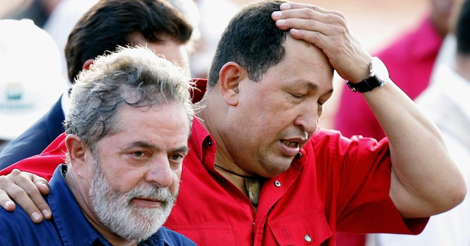 26.mar.2008 - O presidente do Brasil, Luiz Inácio Lula da Silva, e o presidente da Venezuela, Hugo Chávez, visitam a refinaria Abreu e Lima, em Recife