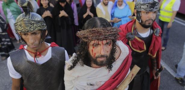 Fiéis encenam a prisão e crucificação de Jesus Cristo nas ruas de Belém, no Pará