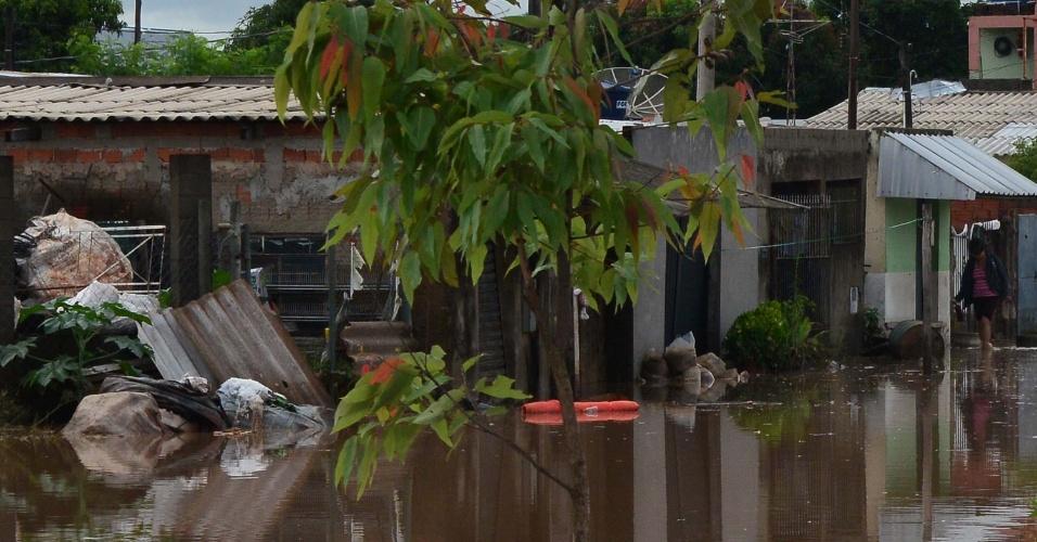 28.dez.2015 - Forte temporal que atingiu a cidade de Sumaré (SP) deixa ruas do bairro Jardim Primavera alagadas