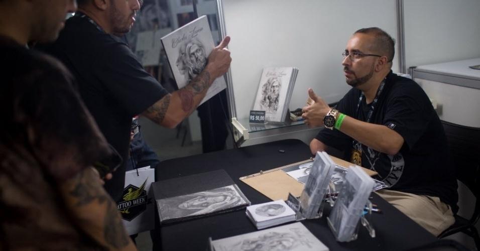 22.jan.2016 - No seu espaço do desenhista Charles Laveso, 38, na Convenção Internacional Tattoo Week 2016, que acontece no Centro Sulamérica, em Cidade Nova, Rio de Janeiro (RJ), ele faz desenhos na hora e os vende para pessoas interessadas em fazer uma tatuagem durante o evento, além de um livro de sua autoria