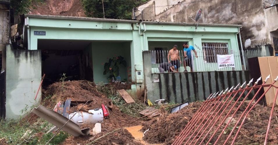 11.mar.2016 - Residência fica parcialmente destruída após deslizamento de terra em Francisco Morato (SP). Fortes chuvas causam estragos no Estado de São Paulo