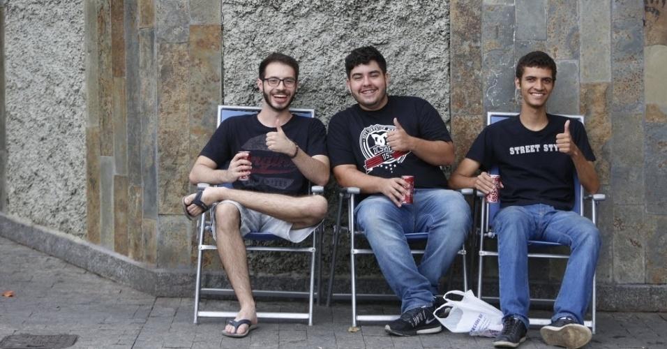 5.nov.2016 - Três amigos trouxeram cadeiras e se posicionaram na porta da PUC-MG, em Belo Horizonte, no momento em que os portões do Enem eram fechados